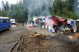De flesta lagar sin mat över öppen eld i lägret.