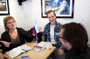 Denis Cherepnin tillsammans med vännen Ivan Zavalov och Sonia Hedberg som vill lära ryska språket.
