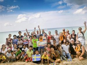 Hösten 2011 gick Calle Wollgård tillsammans med några vänner från Bangkok till barnhemmet Muang Mai på ön Phuket i Thailand för att samla in pengar till barnhemmet. På bilden syns när Calle och de andra närmade sig barnhemmet och de möttes upp av barnen.