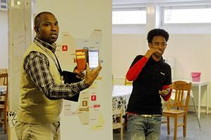 Mohamed Ibrahim och Yohana Zeregaber berättar för de asylsökande i Sandviken om hur kollektivtrafiken fungerar i länet.