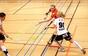 ÖSK:s Sara Fredriksson gjorde vad hon kunde för att störa Rönnby.