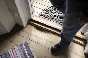 Originalgolvet är kvar i farstun, och instegsgropen nött av stålklädda skor.