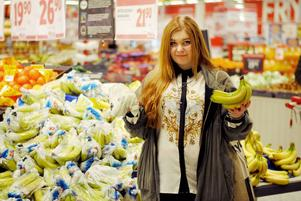 Bananerna kanske ser lika ut, men några kronor extra gör verkligen stor skillnad för miljön och människorna på plantagen. De besprutade bananerna är verkligen ett stort nej, anser Emelie Sandström.