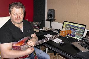 Mats Nilsson har alltid hållit på med musik. Han började som barn i dragspelsklubben och lärde av pappa Leif som spelade dragspel och mamma Birgitta som spelade piano. Idag arrangerar och producerar han kända artister.   Foto: Privat