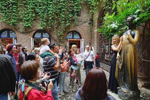 Shakespeares Julia står staty i Verona - där mängder av turister vill röra henne.