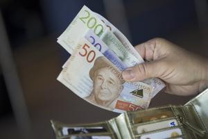 """Debattörerna skriver att Unionen kräver en """"lägsta löneökning för varje individ med minst 450 kronor per månad"""" i årets avtalsrörelse."""