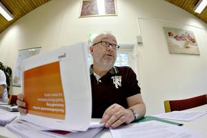 Leif Jansson, förvaltningschef Arbetsmarknad och trafikförvaltningen i Sandviken. Här presenterar han rapporten som PWC tagit fram.
