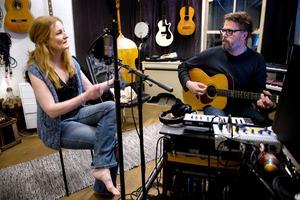 I studion spenderas mycket tid. Både Anna och Pecka arbetar med musik. Peckas senaste projekt är tillsammans med Stina Wollter och Anna har samarbetat med artisten Andreas Mattson.