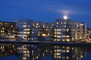 Bilden togs från Östra Hamnen mot Lillåudden då månen steg upp över hustaken.