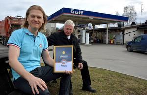 Peppe och Lars Löfgren med diplomet som intygar att man är Årets Gulfstation
