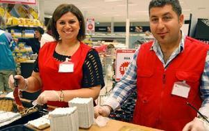 Paret Talar Berberian och Agop Ohani Adward låter Hemköps kunder få provsmaka mat från Syrien. Foto: Rolf Sundblad