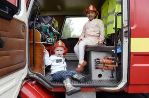 Jonathan Mellor och Molly Huttala fick provsitta i brandbilen och sedan bar det av till hoppborgen och hästarna.