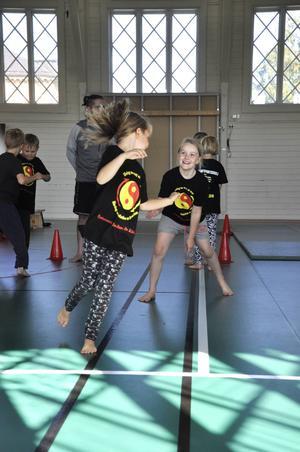Inne i hallen håller de lite äldre barnen till. De får prova på olika sorters kampsport och kanske fastnar de för någon sort lite extra.