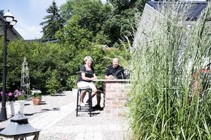 Hans och Ingalill Holm har valt en trädgård utan gräsmatta.