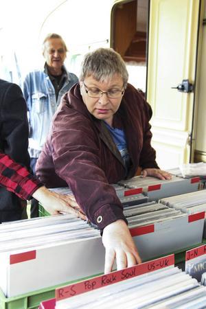 Göran Johansson, Ljusdal, är på Voxna marknad för första gången och har hittat två Elvisskivor att lägga till den redan stora samlingen.