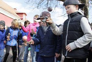 På Varva skola samlas eleverna på rasterna för att leka med sina Kendama.