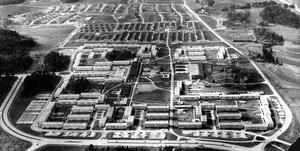 April 1972. Stadsdelen Vallby är fullt utbyggd. I förgrunden Mimers flerfamiljshus och i bakgrunden villakvarteren på Norra Vallby. Strax till vänster om Skerikesvägen syns resterna av gamla Vallby.