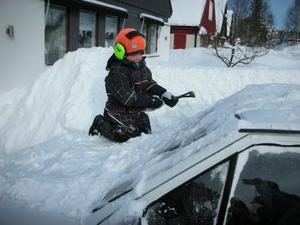 Alvin Palmqvist, 3 år, fick förtroendet att skrapa rutorna på familjens andrabil.