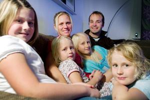 Två familjer har blivit en. Närmast kameran till vänster sitter Peters barn Julia och längst till höger sitter lillebror Joel. I Lindas knä sitter hennes döttrar Felicia och Emilia. Nu bor alla sex, och lillebror Liam som sov när bilden togs, i huset på Örtagatan i Sandviken.