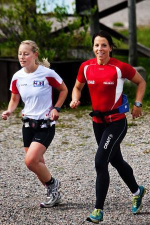 Charlotte Kalla och träningskompisen Marie-Helen Söderman hade redan avverkat en nätt liten runda på en och en halv timme när de anlände till Ängen.