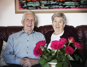 Kära. Ulla och Sven Svensson säger att hemligheten bakom sitt långa äktenskap helt enkelt är att de är med den vill, alltså varandra.