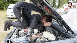 Motorkrångel. Ett växelreglage. Christer Lundh försöker få ordning på grejerna. Anna-Lena Sandberg knäpper på sig hjälmen.