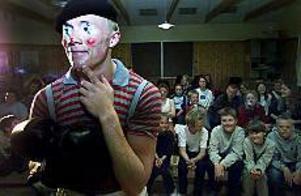 Foto: TORBJÖRN ANDERSSON Barnteater. Den ensamme clownen heter pjäsen som Tobias Winroth spelade på Tranmursskolan.