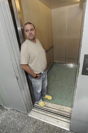 Snuskigt. Hissen och entrén till Fredrik Holmbergs lägenhet på Välljärnsgatan har inte blivit städad på två veckor fast det under den tiden skulle ha varit fyra städtillfällen. Foto: alf pergeman