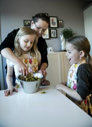 Mamma Therese hjälper flickorna med julgodiset.