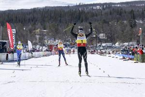 Lars Nelson spurtade ner Daniel Rickardsson och körde in som tvåa av efter Daria Cologna i lördagens Fjälltopplopp.