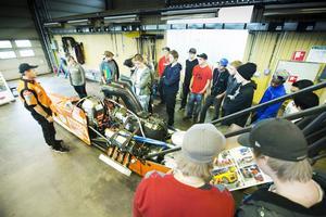 Micke Kågered och hans dragracingebil intresserar eleverna.