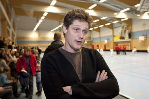 Michael Parment var på Nynäs IP i går för att titta när sonen Oliver spelade innebandy.