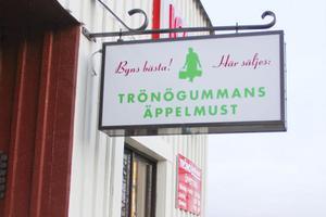 Lanthandeln i Trönö pryds sedan tisdagsmorgonen av en reklamskylt för äppelmusten.