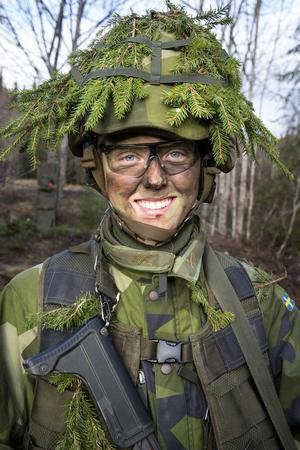 – Under antagningsprocessen frågade psykologen om man är beredd att riskera sitt liv för att försvara Sverige. Den frågan tog vi alla ställning till innan vi började, berättar Victoria Holmgren, 19 år.