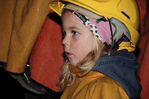 Gruvarbetarna klättrade på stegar med facklor i munnen, berättar guiden och  Svea Marnefeldt, 5 år, lyssnar