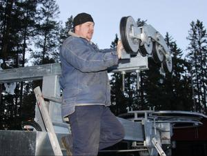 Rickard Teir lägger stor del av sin fritid uppe på Björnberget även i vanliga fall. Nu när det byggs ut och monteras lift går ytterligare några timmar dit.
