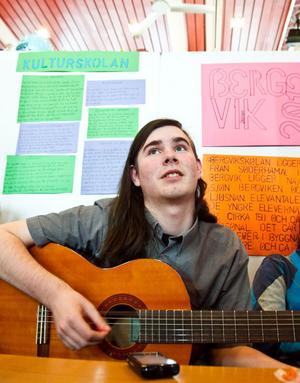 Alexander Jansson spelar gitarr i montern från Kulturskolan, där han praktiserat.