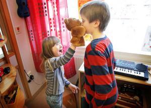 """""""Nej, inte björnen"""", skrattade Olle när lillebror Ivar busade med honom. """"Ta musen i stället!"""""""