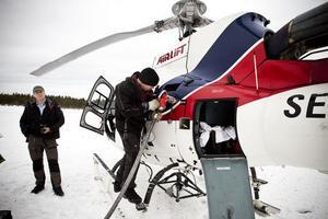 Efter tre timmar är det dags att fylla på bränsle och sträcka på benen. Närmast i bild piloten Kalle Engman och bakom honom står skogsvaktare Björn Gadestedt från Sveaskog.