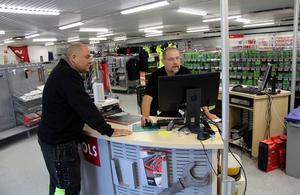 – Väldigt tråkigt. Vi på Persbo Service har handlat på Järnmagasinet, som vi säger, ända sedan firman låg på stan, säger kunden Benny Eriksson, till vänster, här i samspråk med anställde och uppsagde Ronny Heij i Tools-butiken.