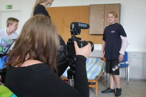 Omtagning. Kameraman Lova Lidbom ställer in skärpa och vitbalans.