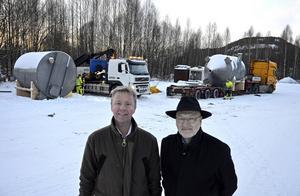 Stefan Eriksson och Göran Lundgren var på plats när företagets första leverans gick till Sydnorge. De två tankarna för flistvätt på vardera två ton är bara en liten del av hela ordern.