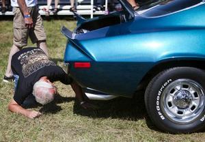 Bedömning. Domarna är noggranna när de inspekterar de deltagande bilarna.