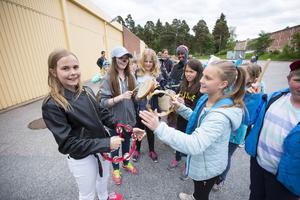 Ett test av tamburinerna före karnevalståget gjorde från vänster i bild Olivia Karlsson, 10 år, Emelie Jackson, 11 år, Emma Grehn, 11 år, Victoria Törnqvist, 11 år, Hanna Stolt, 10 år, lite skymd och Fiddeli Olsson, 10 år. Alla från klass 4 A.
