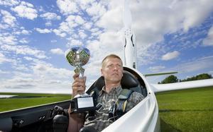 Flög hem bucklan. Holger Eriksson som representerar Västerås segelflygklubb blev mästare när SM avgjordes i Karlstad. foto: rune jensen