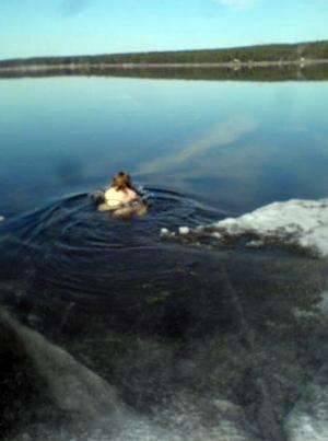 Ella Salvin badar i Storsjön.