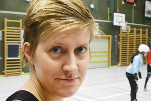 Rebecca Wilhelmsson – med artistnamnet Rauken Roll – åkte tidigare med Sveriges största rollerderbyklubb Crime City Rollers från Malmö. Nu har hon flyttat till länet och tar med sig sina erfarenheter hit.