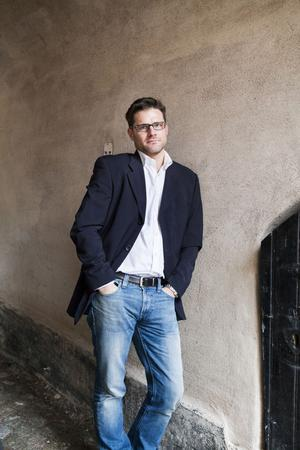 Patrik Godin låter uppväxtorten Gimo ha en huvudroll i debutromanen om en man som återvänder till bruksorten i Norduppland efter en skilsmässa.
