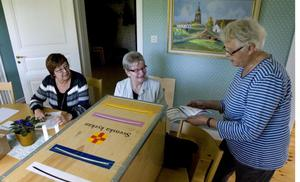 Lillemor Andersson la sina röster i kyrkovalet på söndagen. Inga Jonsson och Ingrid Åkerlund såg till att valet gick rätt till.