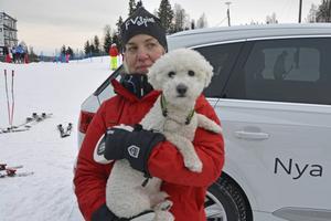 Friska Viljors färska ordförande Lotta Westman gladdes med hunden Junior.